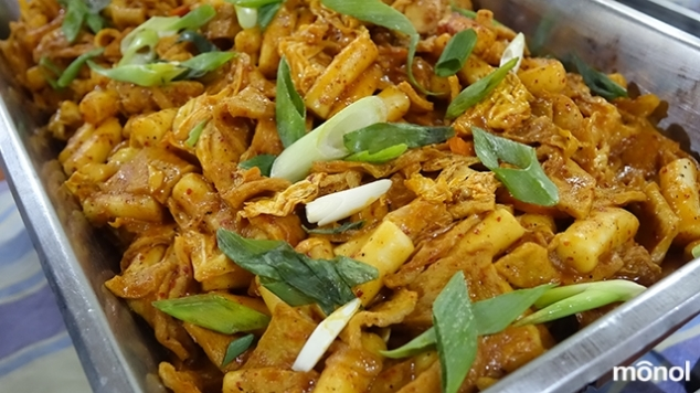 The tteokbokki for the Lunar New Year was mixed with Odeng (Korean fishcake) to give it a much sweeter flavor!